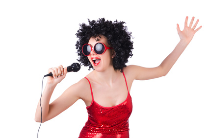 casting chanteuse robe rouge